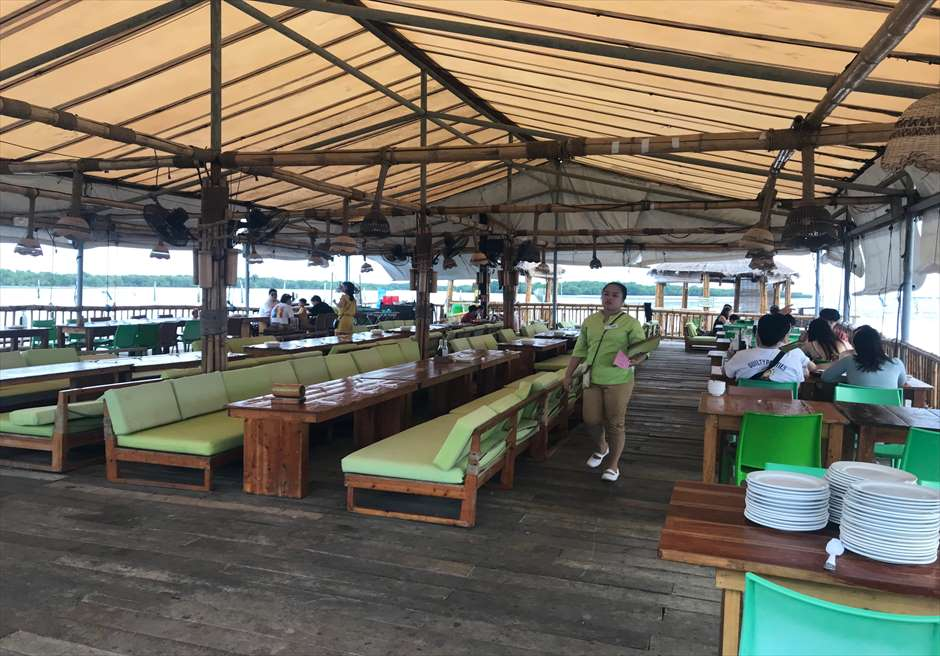 セブの人気フィリピン料理レストラン・ランタウの屋根付きテーブルエリア