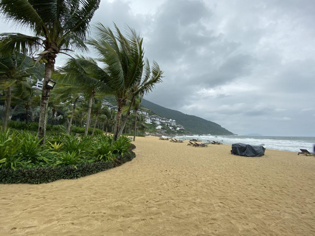 インターコンチネンタル ダナン 雨季のビーチ